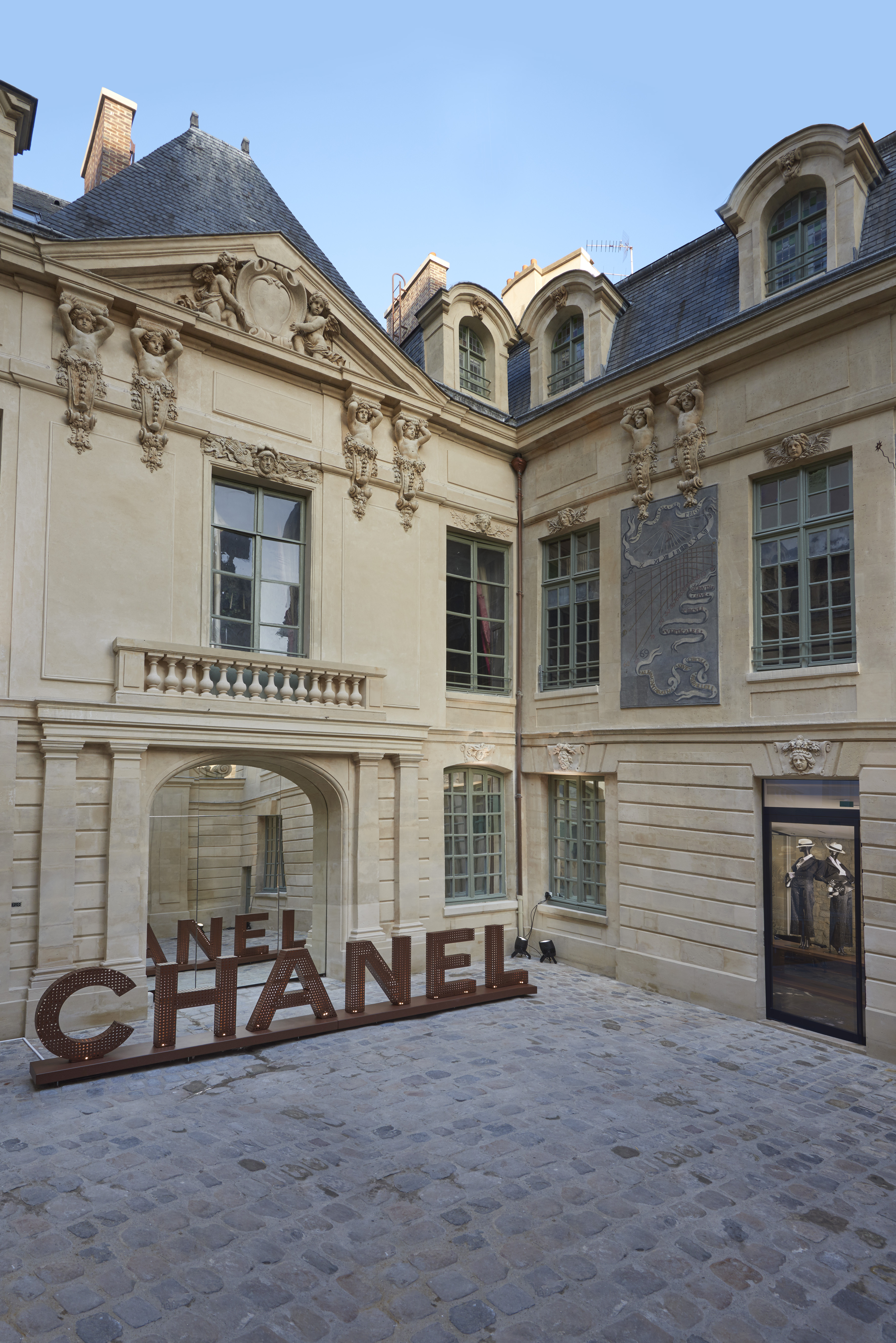 chanel opens pop up stores in le marais paris. Black Bedroom Furniture Sets. Home Design Ideas